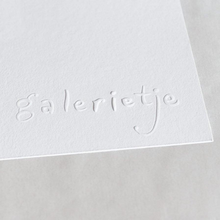 Pregen Pregen (ook wel blinddrukken genoemd) is het aanbrengen van reliëf/hoogteverschillen in papier. De preeg komt tot stand door middel van een messingstempel (ook wel cliché) en een contravorm. Blinddruk is geschikt voor fijne tekeningen, letters en volvlakken en kan in of op het papier liggen. De dikte van het papier en de diepte van het stempel zijn bepalende factoren voor het resultaat. De preeg van het Hofleverancierlogo is een voorbeeld van een 3D-stempel.