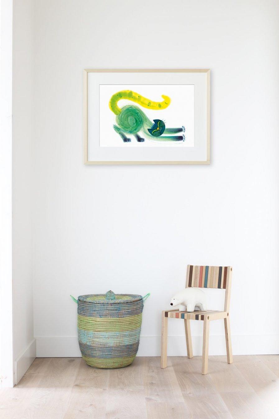 Mooie tekening, een illustratie uit een kinderboek. Hangt met lijst aan de muur en maakt de kinderkamer bijzonder. We zien een gezellige kat. In prachtige kleuren. Groen, blauw en geel op een witte achtergrond. Het lijnenspel doet mee en draagt bij aan de indruk van beweging in deze illustratie. Dit uitgeslapen dier rekt zich uit. Languit. Nagels uit. Het is ochtend, de wereld is fris. Goedemorgen.